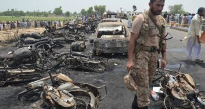 MTN06. Bahawalpur (Pakistan), 25/06/2017.- A Pakistani Army soldier stands guard amidst the burnt vehicles at the scene of an Oil tanker accident on the outskirts of Bahawalpur, Pakistan, 25 June 2017. At least 123 people were killed and 80 injured when an Oil tanker exploded as people gathered to collect oil from the tanker that overturned on a highway near Bahawalpur. EFE/EPA/FAISAL KAREEM