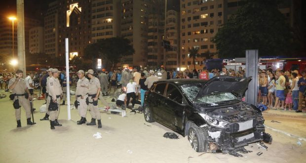 Rio de Janeiro (RJ), 17/01/2018, Copacabana / Atropelamento - Um carro invadiu o calçadão e a Praia de Copacabana, na Zona Sul do Rio de Janeiro, na noite de quinta-feira (18). Várias pessoas foram atingidas pelo veículo desgovernado, na altura da Rua Figueiredo de Magalhães. Foto: Antonio Scorza / Agência O Globo/PAGOS
