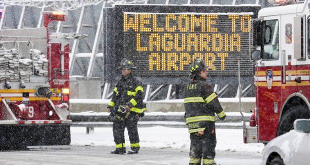MHR40 NUEVA YORK (ESTADOS UNIDOS), 05/03/2015.- Unos bomberos trabajan en el exterior del aeropuerto LaGuardia de Nueva York, Estados Unidos, hoy, jueves 5 de marzo de 2015. Este aeropuerto se ha visto obligado a cerrar hoy sus pistas después de que un avión tuviera problemas durante la maniobra de aterrizaje en medio del fuerte temporal de nieve que afecta a la ciudad. EFE/Andrew Gombert