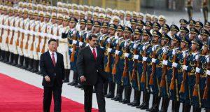 """PK01. PEKÍN (CHINA), 14/09/2018.- Fotografía cedida por la oficina de prensa de Miraflores, del presidente venezolano, Nicolás Maduro (c), mientras pasa revista a una guardia militar junto a su homólogo chino, Xi Jinping (i), hoy, viernes 14 de septiembre de 2018, en Pekín (China). Maduro se reunió hoy con su homólogo chino, Xi Jinping, al que pidió un aumento de la cooperación bilateral """"para recuperar la estabilidad económica"""" del Estado suramericano, destacó la televisión estatal china CCTV. Tras una solemne ceremonia de bienvenida en el exterior del Gran Palacio del Pueblo, que incluyó pase de revista a las tropas de élite chinas y salvas de honor en la plaza de Tiananmen, Xi y Maduro analizaron posibles formas de incremento de la cooperación, que Caracas necesita para recuperar su maltrecha economía. EFE/MIRAFLORES/SOLO USO EDITORIAL/NO VENTAS"""