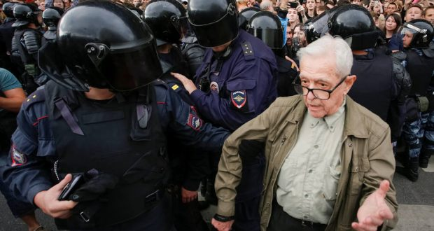 Police officers detain an elderly man during a rally against planned increases to the nationwide pension age in St. Petersburg, Russia September 9, 2018.  REUTERS/Anton Vaganov