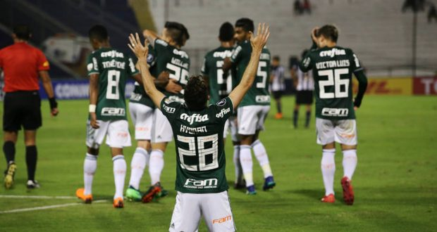 Soccer Football - Alianza Lima v Palmeiras - Copa Libertadores - Alejandro Villanueva Stadium, Lima, Peru - May 3, 2018. Hyoran (28) of Palmeiras and team mates celebrate his goal. REUTERS/Mariana Bazo