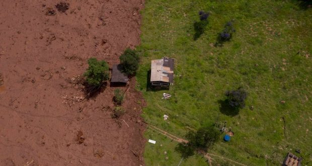 TOPSHOT - Aerial view of an area affected by a mudslide after the collapse, two days ago, of a dam at an iron-ore mine belonging to Brazil's giant mining company Vale near the town of Brumadinho, state of Minas Gerias, southeastern Brazil, on January 27, 2019. - Communities were devastated by a dam collapse that killed at least 37 people at a Brazilian mining complex -- with hopes fading for 250 still missing. A barrier at the site burst on Friday, spewing millions of tons of treacherous sludge and engulfing buildings, vehicles and roads. (Photo by Mauro PIMENTEL / AFP)