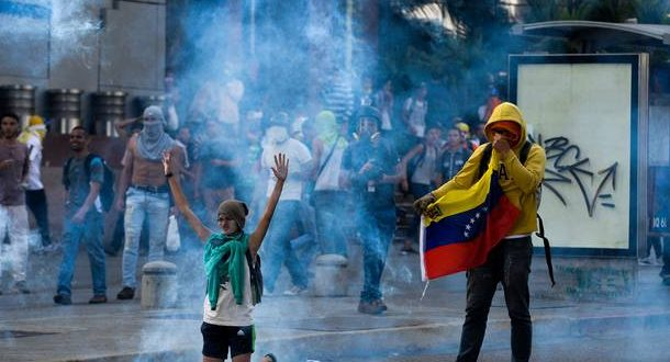 """TOPSHOT - Demonstrators protest against President Nicolas Maduro's government in Caracas on April 8, 2017.  The opposition is accusing pro-Maduro Supreme Court judges of attempting an internal """"coup d'etat"""" for attempting to take over the opposition-majority legislature's powers last week. The socialist president's supporters held counter-demonstrations on Thursday, condemning Maduro's opponents as """"imperialists"""" plotting with the United States to oust him.  / AFP PHOTO / FEDERICO PARRA"""