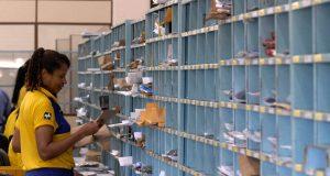 SAO PAULO / 20/06/2014 / ECONOMIA / Funcionária trabalhando em posto do Correio. Foto: Marcello Casal Jr./ABr
