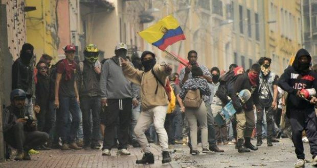 Demonstrators clash with riot police during a transport strike against the economic policies of the government of Ecuadorean President Lenin Moreno regarding the agreement signed on March with the International Monetary Fund (IMF), in Quito, on October 3, 2019. - The Ecuadorean government confirmed possible labour and tax reforms as established in the agreement, Economy Minister Richard Martinez stated -a day after announcing the elimination of fuel subsidies. (Photo by Rodrigo BUENDIA / AFP)