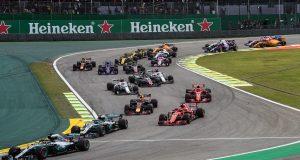 Lewis Hamilton da Mercedes lidera a primeira volta do Grande Prêmio do Brasil