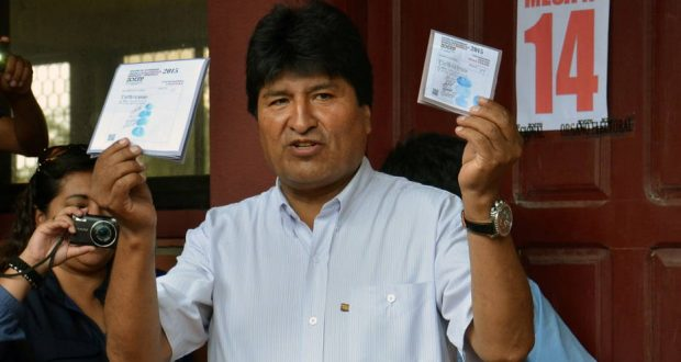 BOL15 - VILLA 14 DE SEPTIEMBRE (BOLIVIA), 27/03/2015.- Fotografía cedida del presidente de Bolivia, Evo Morales, quien emite su voto hoy, domingo 29 de marzo de 2015, durante las elecciones regionales y municipales, en el colegio Villa 14 de Septiembre, en el municipio del mismo nombre, situado en el Chapare, región central boliviana de Cochabamba. EFE/Agencia Boliviana de Información/ SOLO USO EDITORIAL / NO VENTAS