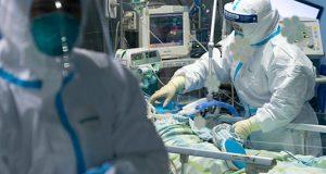 Wuhan, província de Hubei 3001 2020 Peng Zhiyong , chefe do departamento de medicina intensiva do Hospital Zhongnan, verifica o registro do diagnóstico de um paciente com seu colega na UTI (unidade de terapia intensiva) do Hospital Zhongnan da Universidade de Wuhan em Wuhan, província de Hubei, na China Central, foto Governo China