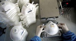 Os trabalhadores produzem máscaras faciais à medida que a demanda por sua produção aumenta rapidamente e se esforça para atender aos pedidos, nas instalações de um fabricante turco em Istambul, Turquia, em 30 de janeiro de 2020.