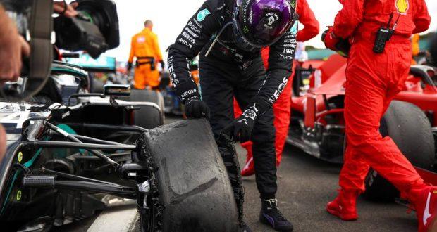 Silverstone.- 02/08/2020.- El piloto de Mercedes Lewis Hamilton de Gran Bretaña inspecciona un pinchazo en su automóvil después de ganar el Gran Premio de Fórmula 1 británico en Silverstone, Gran Bretaña, 02 de agosto de 2020 EFE/EPA/Bryn Lennon/ Pool