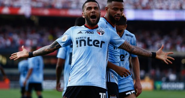 Daniel Alves, jogador do São Paulo FC, comemora seu gol durante partida contra o Ceará, válida pela décima quinta rodada do Campeonato Brasileiro 2019.