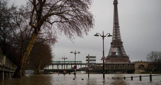 LAN27. PARÍS (FRANCIA), 25/01/2018.- Vista de las inundaciones en el río Sena, París (Francia) hoy, 25 de enero de 2018. El río Sena, desbordado en algunos tramos a su paso de París, sigue subiendo hoy de nivel y lo continuará haciendo hasta el fin de semana, lo que ha llevado al cierre de vías de circulación, infraestructuras de transporte público e incluso una parte del Museo del Louvre. EFE/ Ian Langsdon