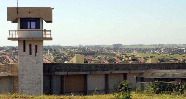 teto5  PRESIDENTE VENCESLAU 17/06/2005 OE ESPECIAL DOMINICAL  CIDADES  PENITENCIARIA S penitenciaria chamada P2 ao fundoa  cidade foto digital ALEX SILVA/AE