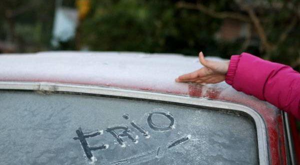 RS - CLIMA/RS/FRIO - CIDADES - ATENÇÃO EDITOR: IMAGEM EMBARGADA PARA VEÍCULOS DE COMUNICAÇÃO DO RIO GRANDE DO SUL.  Moradores mostram o gelo   que se formou sobre os carros em uma bairro de Porto Alegre (RS), na manhã desta sexta-feira (8), com temperatura abaixo de   0ºC graus.  Entre as cidades monitoradas do Instituto Nacional de Meteorologia (Inmet) somente o Litoral Norte e a Região   Metropolitana do Estado não atingiram temperaturas negativas.  Na capital as estações da rede da Prefeitura Metroclima   registraram -0,3ºC na Lomba do Pinheiro,  bairro da Zona Leste.   08/06/2012 - Foto: WESLEY SANTOS/AE/AE