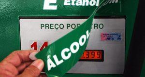 SP - ETANOL/POSTOS - ECONOMIA - A nomenclatura do álcool é substituída por etanol nas bombas do Auto Posto Baronesa, na Avenida Angélica com a Rua Baronesa de Itu, em Higienópolis, região central de São Paulo, nesta quinta-feira (17). O posto bandeira BR, é o quinto a adotar a nova nomenclatura no país desde que a Agência Nacional de Petróleo e Gás Natural e Biocombustíveis (ANP) autorizou a troca, em abril deste ano.  17/09/2009 - Foto: SÉRGIO  CASTRO/AGÊNCIA ESTADO/AE