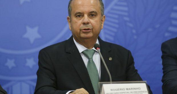 O secretário de Previdência Social, Rogério Marinho, fala à imprensa apos cerimônia da assinatura de atos de revisão e modernização das normas regulamentadoras da saúde e segurança do trabalho, no Palácio do Planalto
